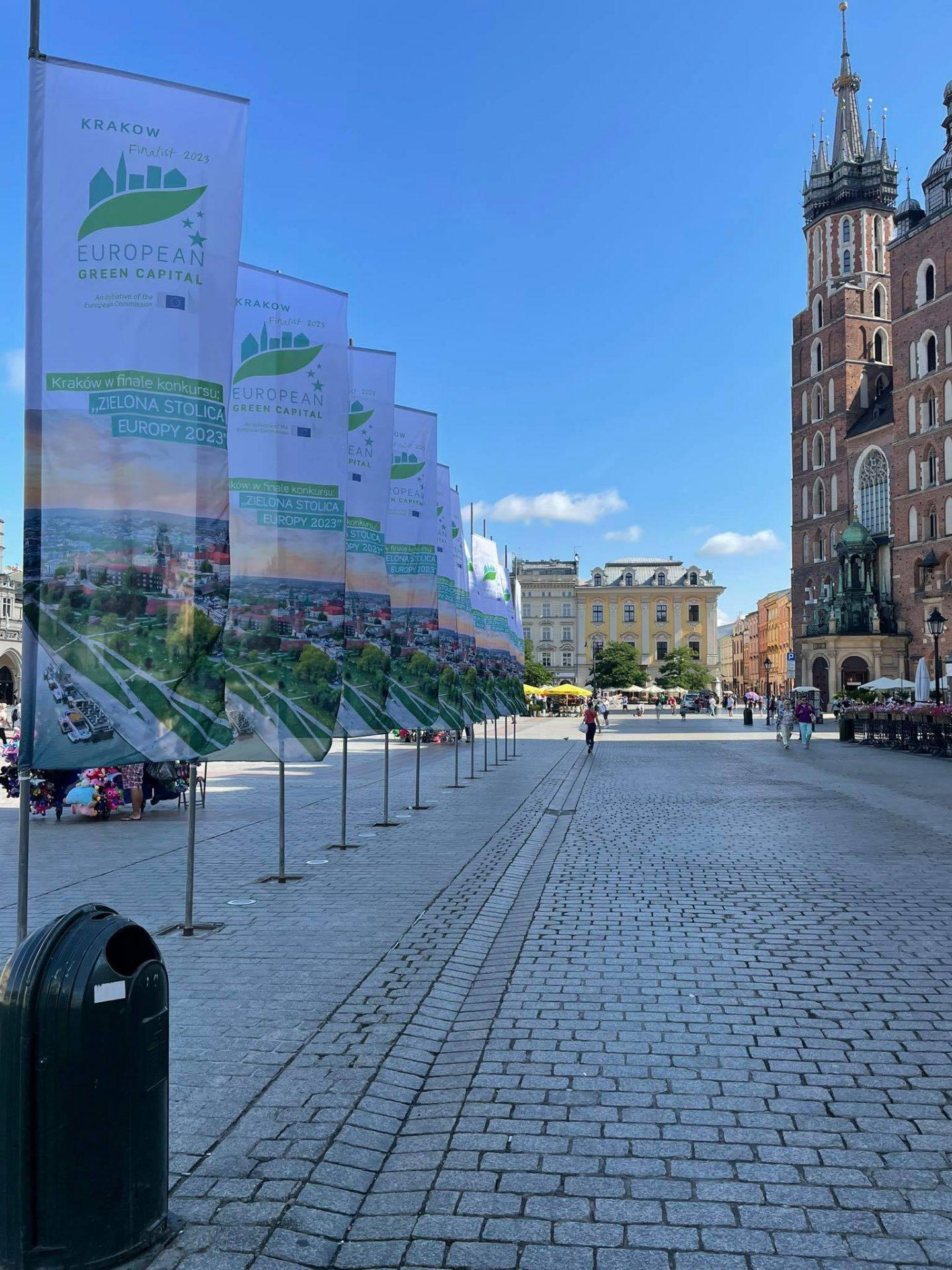 Chorągiewki na Rynku Głównym obwieszczają, że Kraków jest zielony.