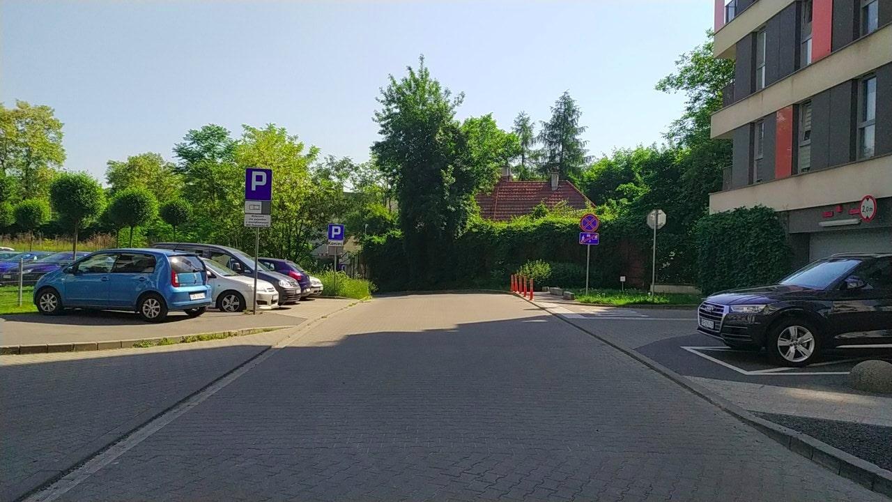 Dojście do dużego osiedla obok ulicy Wrocławskiej. Uważnych czytelników prosimy o znalezienie chodnika.