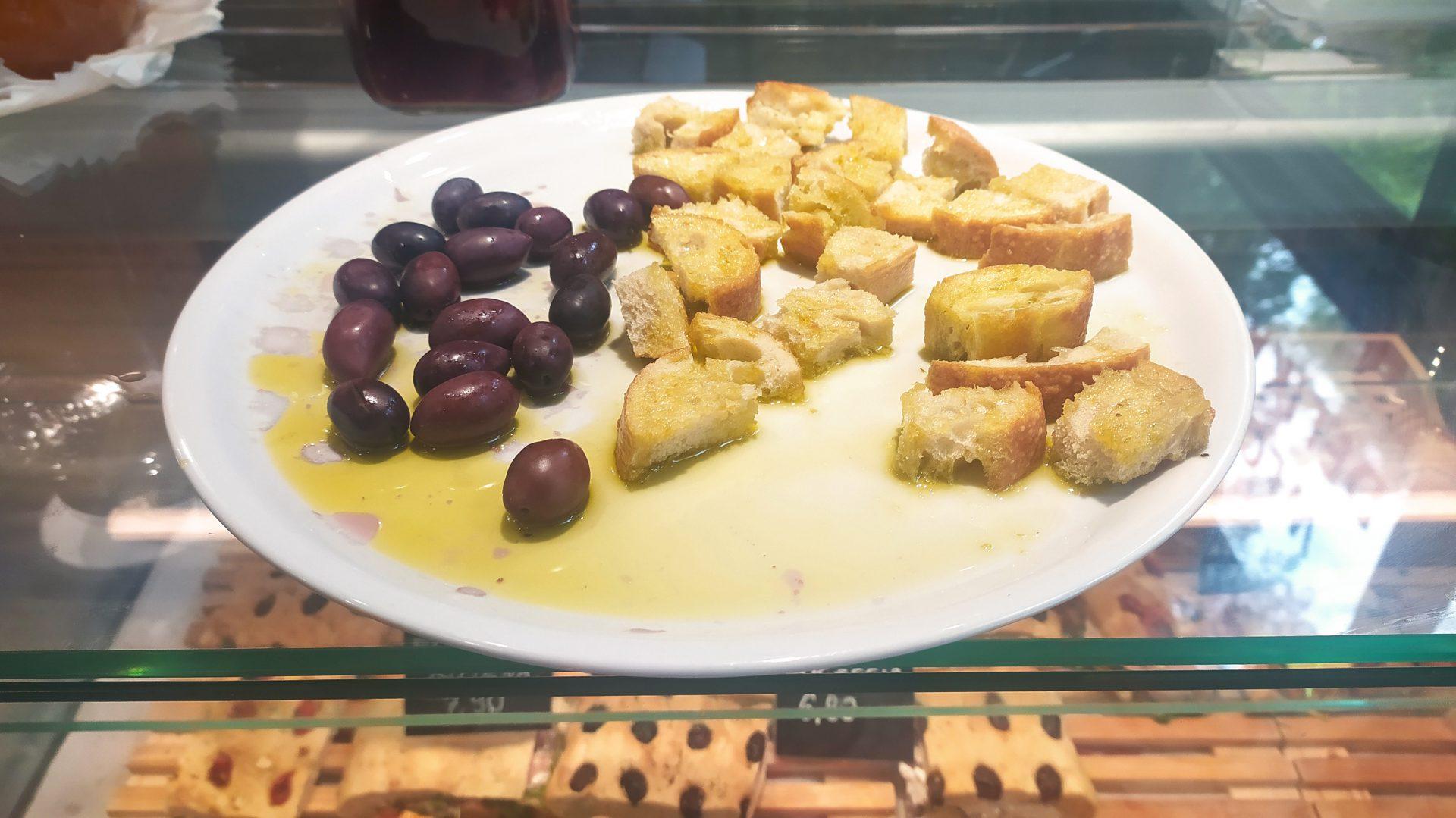 W delikatesach znajdziecie między innymi pieczywo, oliwki, oliwę, wędliny i sery.